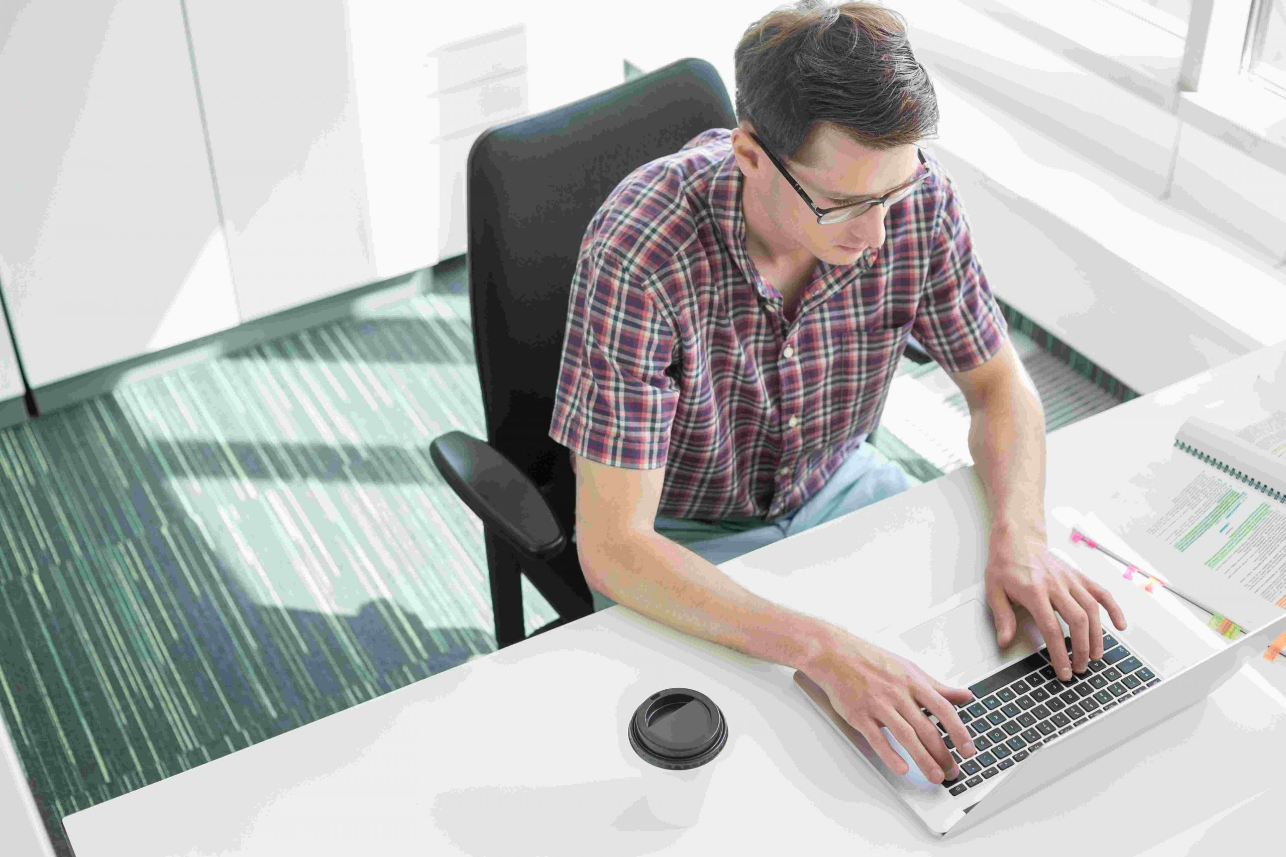7S model maken achter laptop